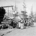 Marseille, femme vend du poisson sur le vieux port devant les Navire de commerce, 1901