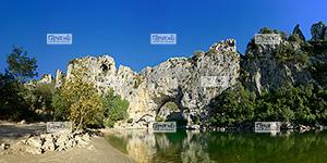 Europe, France, Massif Central, RŽgion Auvergne-Rh™ne-Alpes, 07 - Ard�che, Commune de Vallon-Pont-d'Arc, Le Pont d'Arc: point de dŽpart de la descente des gorges de l'Ard�che