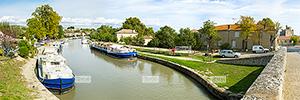 Europe, France, RŽgion Occitanie, 34 - HŽrault, la ville de Capestang et ma collŽgiale Saint-ƒtienne (ˆ droite) sur le Canal du Midi